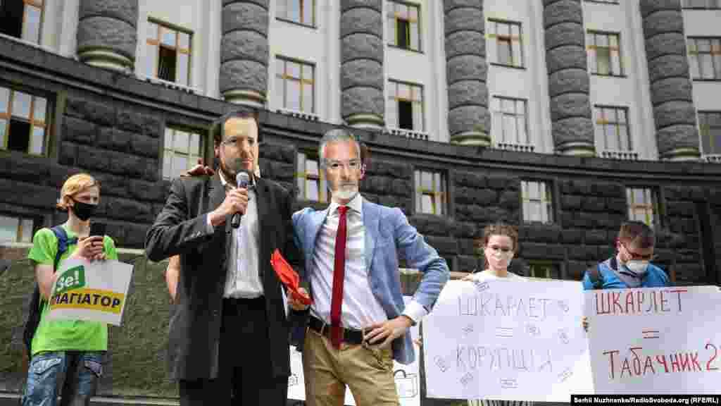 В акції взяли участь активісти, науковці та студенти. Мітингувальники тримали плакати з гаслами проти призначення Шкарлета