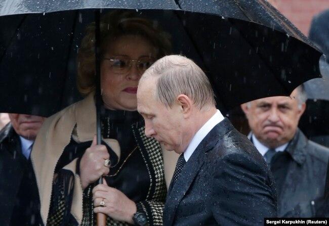 Президент Росії Володимир Путін (посередині), голова Ради Федерації Валентина Матвієнко (ліворуч). Москва, 22 червня 2017 року