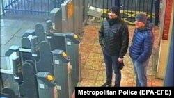 Подозреваемые в отравлении Скрипалей «Александр Петров» (справа) и «Руслан Боширов» (слева) на ж/д станции в британском Солсбери, 3 марта 2018 года