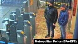 Петров и Боширов на кадре с камеры наблюдения в Солсбери