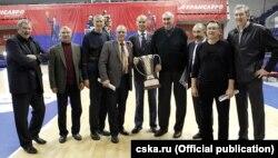 Іван Ядэшка з вэтэранамі баскетбольнага клюбу ЦСКА