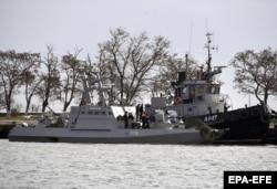 Një anije luftarake ukrainase qëndron në portin e Kërçit, pasi është kapur nga autoritetet ruse. 26 nëntor, 2018.