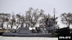 Захваченный украинский военный корабль в акватории порта Керчи