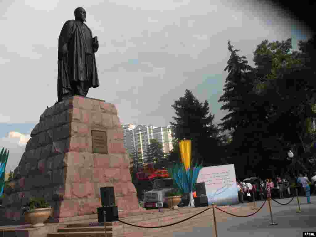 У памятника Абаю на проспекте Достык проходят традиционные «Абайские чтения». Алматы, 10 августа 2009 года.