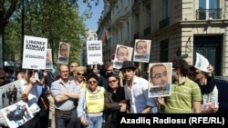 Paris – protest in support of jailed journalist Eynulla Fatullayev in front of the Azerbaijani Embassy, 20Apr2011