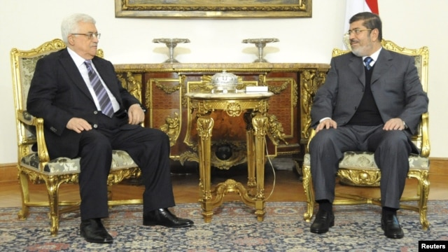 Palestinian Authority President Mahmud Abbas (left) meeting with Egyptian President Muhammad Morsi on January 9.