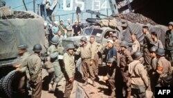 Foto e vitit 6 qershor 1944 ku shihen ushtarët amerikanë që posa kishin arritur në Normandi të Francës