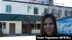 Алия Турусбекова, жена находящегося в заключении оппозиционного политика Владимира Козлова, стоит у ворот тюрьмы в Заречном. Алматинская область, 10 августа 2016 года.