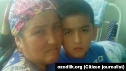 10-летний Асилбек Исматов с матерью.
