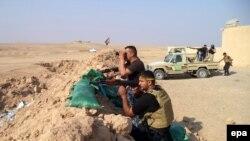 Иракские шиитские отряды сражаются против боевиков ИГ близ города Тикрит, 20 ноября 2014 года.