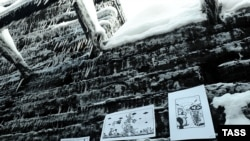 Выставка иллюстраций к произведениям Венедикта Ерофеева на стенах сгоревшей дачи Муромцева.