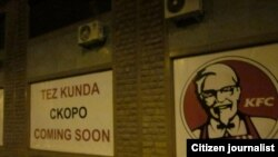 """Toshkentda KFC va Starbucks brendlari surati tushirilgan va yoniga uch tilda""""Tez kunda"""", """"Skoro"""", """"Coming soon"""" degan yozuv yozilgan bannerlar."""