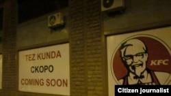"Тошкентда KFC ва Starbucks брендлари сурати туширилган ва ёнига уч тилда""Тез кунда"", ""Скоро"", ""Coming soon"" деган ёзув ёзилган баннерлар."
