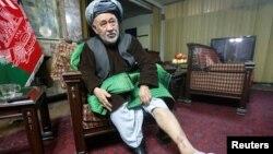 Ауған саясаткері Ахмад Ишчи үйінде сұхбат берген кезінде аяғындағы азаптаудан түскен деген жарақатын көрсетіп тұр. Кабул, 13 желтоқсан 2016 жыл.