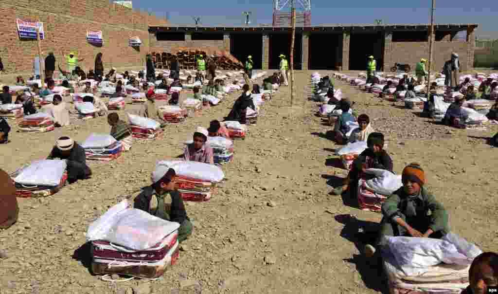 Afghan families receive winter aid from Islamic charity Ummah Welfare Trust in Kandahar. (epa/Muhammad Sadiq)