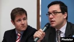 И.о. главы офиса ОБСЕ в Армении Карел Хофстра (слева) и глава делегации ЕС в Армении Траян Христеа на пресс-конференции в Ереване, 19 января 2012 г.