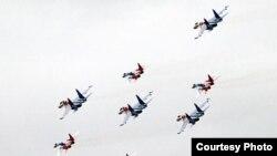 """Пилотажные группы """"Стрижи"""" и """"Русские витязи"""" выполняют маневры на параде 9 мая"""