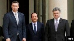 """Президент Франции Франсуа Олланд (в центре), лидер украинской партии """"УДАР"""" Виталий Кличко (слева) и украинский предприниматель Петр Порошенко (справа) (Париж, 7 марта 2014 года)"""