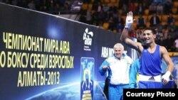 Жанибек Алимханулы приветствует болельщиков, следом за ним идет тренер Нургали Сафиуллин. Алматы, 23 октября 2013 года.