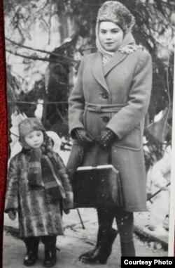 Бабушка Маша с сыном Женей, отцом автора публикации