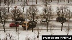 Грузавік урэзаўся ў слуп на праспэкце Незалежнасьці ў Менску падчас моцнага сьнегападу 15 сакавіка. Сыноптыкі папярэджваюць пра далейшае пагаршэньне надвор'я