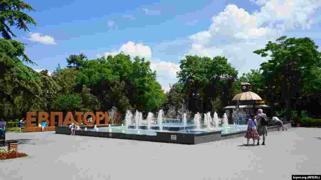 Біля фонтану, побудованого за ініціативи підконтрольного Кремлю глави міськадміністрації Андрія Філонова, небагатолюдно