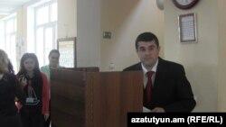 Լեռնային Ղարաբաղի վարչապետ, «Ազատ Հայրենիք» կուսակցության նախագահ Արայիկ Հարությունյանը քվեարկության ժամանակ, 3-ը մայիսի, 2015թ․