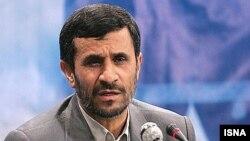 نويسنده اين روزنامه معتبر آمريکايی معتقد است که چنين اقداماتی نشان می دهند که «احمدی نژاد واقعا از کی می ترسد؟» - عکس از ایسنا