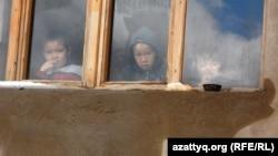 Дети, живущие в одном из домов микрорайона Нурсат, рядом с которым строится административно-деловой центр Шымкента. 7 апреля 2014 года.