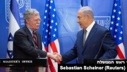 Ak tamyň milli howpsuzlyk geňeşçisi John Bolton we Ysraýylyň premýer-ministri Benýamin Netanýahu. 20-nji awgust, 2018 ý. Ierusalim şäheri