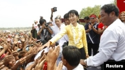Аун Сан Су Чжи приветствует избирателей
