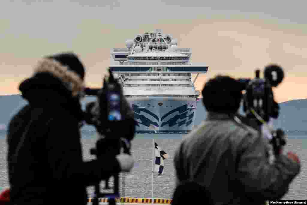 МЗС: «Після завершення карантину буде організовано додаткове обстеження, після чого прийматиметься рішення щодо залишення пасажирами борту лайнера»