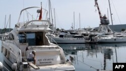 Pogled na luku u Boki Kotorskoj. Zabeleženo maja 2020.