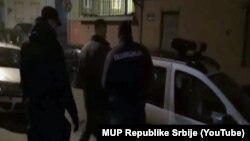 Сербские полицейские арестовали подозреваемых в ходе антикоррупционного рейда. Белград, 26 декабря 2015 года.