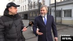 У грудні 2019-го «Схеми» вже фіксували, як Вадим Новинський відвідує ОП – щоправда тоді він це робив публічно і заходив через центральний вхід