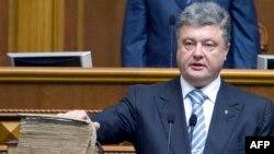 Петр Порошенко принимает присягу, положив руку на Пересопницкое Евангелие