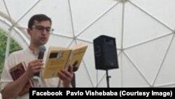 Любко Дереш читає свою книгу на Слов'янській книжковій толоці. Україна, Донбас. 30 липня 2018 року