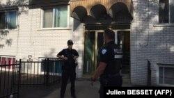 Сотрудники сил безопасности у дома, в котором проживал подозреваемый в нападении на полицейского в аэропорту американского города Мичиган. Монреаль, 21 июня 2017 года.
