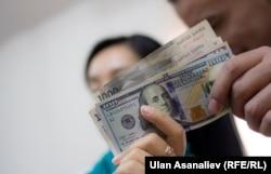 Доллар жана сом.