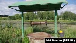 Сельчан в Высокогорском районе пока спасают родники и колодцы — воду из крана еще до официального признания ее технической пить не рисковали.