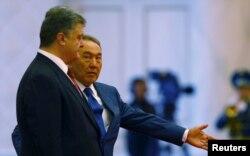 Президент Казахстана Нурсултан Назарбаев (справа) и президент Украины Петр Порошнеко в резиденции Акорда. Астана, 9 октября 2015 года.