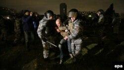 Полицейские задерживают участников беспорядков в районе Бирюлёво. Москва, 13 октября 2013 года.