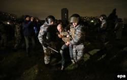 Полиция тәртіпсіздіке қатысқан адамды тұтқындап жатыр. Мәскеу, Бирюлев ауданы, 13 қазан 2013 жыл.