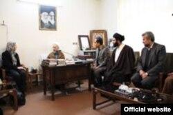 مونیکا ویت به هنگام تغییر مذهب به اسلام در ۲۲ بهمن ۱۳۹۰