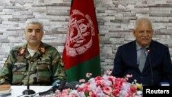 Кызматтан алынган коргоо министри Абдулла Хабиби менен Армиянын штаб башчысы Кадам Шах Шахим