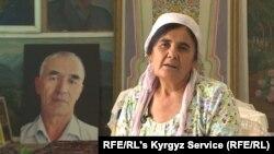 Хадича Аскарова на фоне портрета умершего супруга Азимжана Аскарова. Август 2020 года.