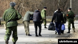 Обмен пленными в районе города Счастье в Луганской области. Февраль 2016 года