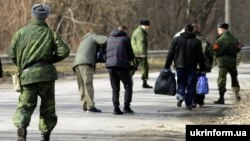 Ілюстраційне фото. Учасники обміну полоненими поблизу Щастя, Луганська область, 26 лютого 2016 року