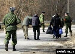 Учасники обміну полоненими поблизу Щастя, Луганська область, 26 лютого 2016 року