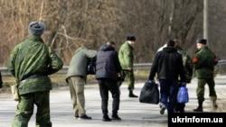 Украина әскерилері мен ресейшіл сепаратистердің тұтқын алмасуы. Луганск облысы, Украина, 26 ақпан 2016 жыл.